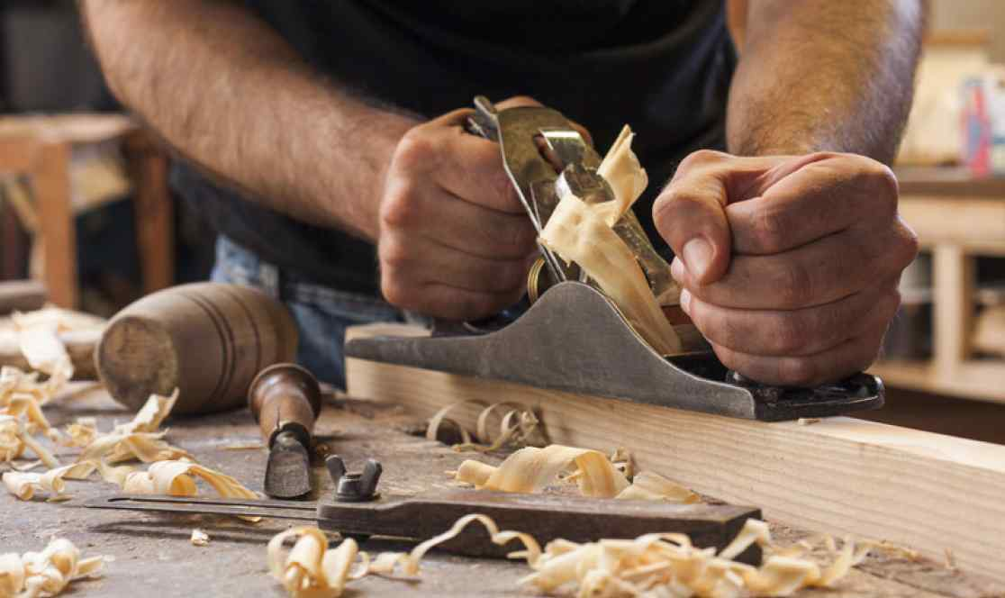 Tischler bei der arbeit  Handwerksservice Panknin - Bausanierung & Bautischlerei ...